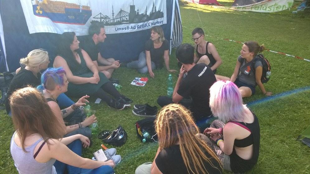 Gabi Gärtner beim Besuch von Freunden, Genossinnen und Genossen am REBELL-Zelt auf dem Protestcamp (rf-foto)