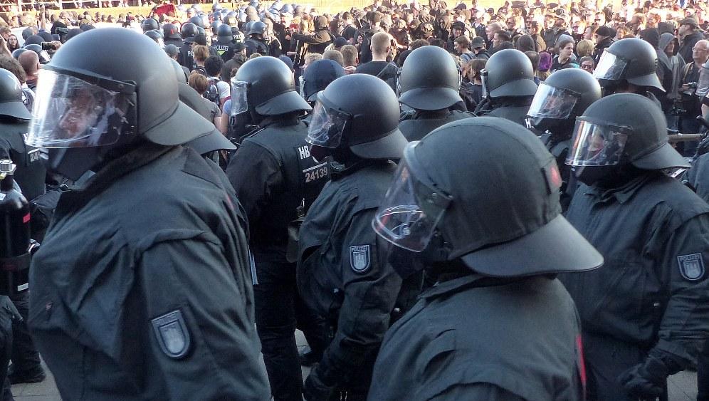 Vermummte und schwer bewaffnete Hundertschaften der Bereitschaftspolizei hatten die Stimmung am Wochenende angeheizt (rf-foto)