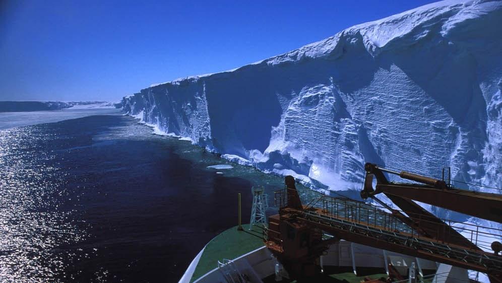 Schelfeiskante vom Schiff aus betrachtet (foto: Hannes Grobe / Alfred-Wegener-Institut)