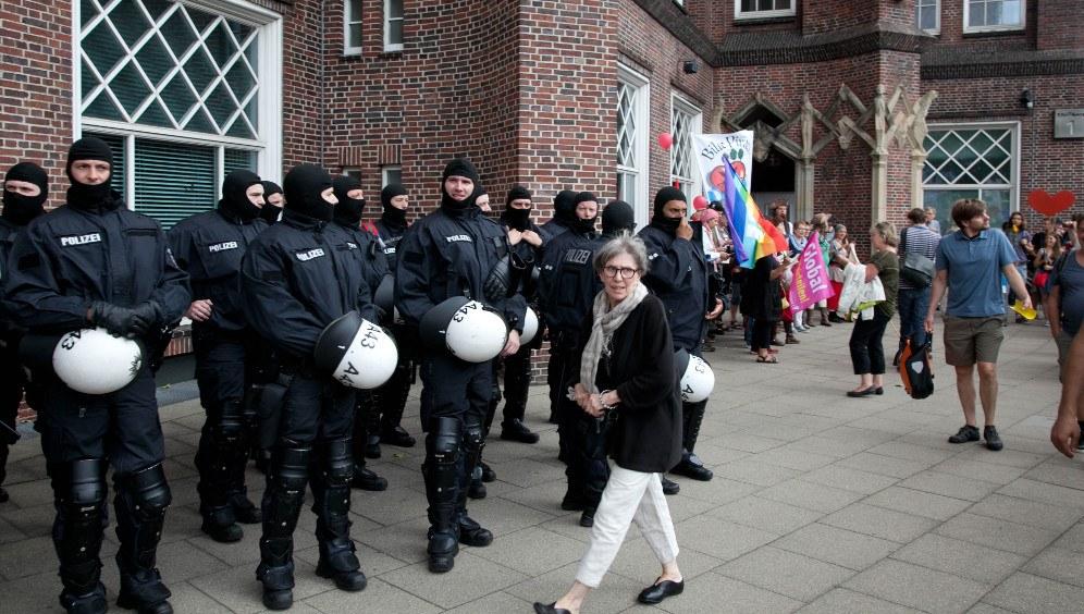 Bürgerkriegsübung in Hamburg - Überall vermummte Polizei-Hundertschaften (rf-foto)
