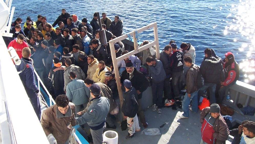 Flüchtlinge auf einem Rettungsschiff vor Lampedusa (Foto: Vito Manzari)