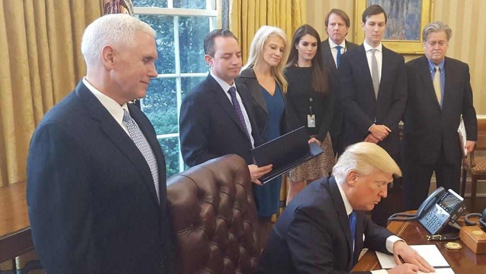 Steve Bannon (ganz rechts) bei Trumps Unterzeichnung des Weiterbaus der umstrittenen Ölpipeline (Foto: The White House Facebook page)