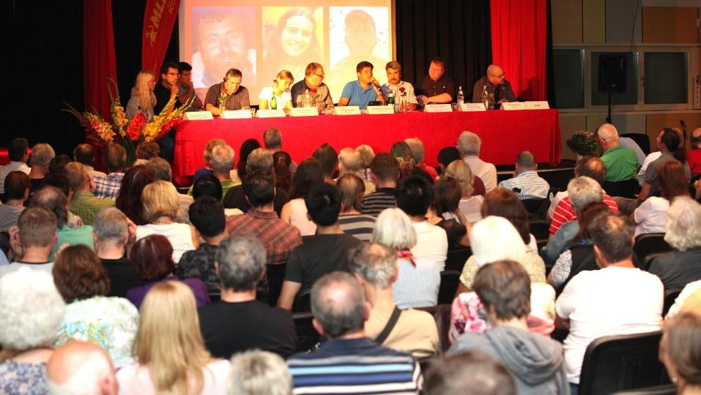 Hinter dem Podium Fotos der drei ermordeten MKP-Revolutionäre (RF-Foto)