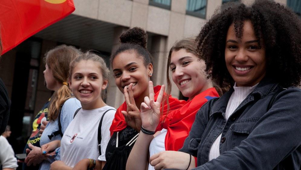 Mitglieder des Jugendverbands REBELL bei der Demonstration gegen den G20-Gipfel in Hamburg (rf-foto)