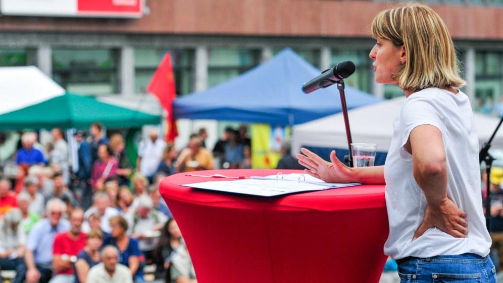 Spitzenkandidatin Gabi Fechtner spricht (rf-foto)