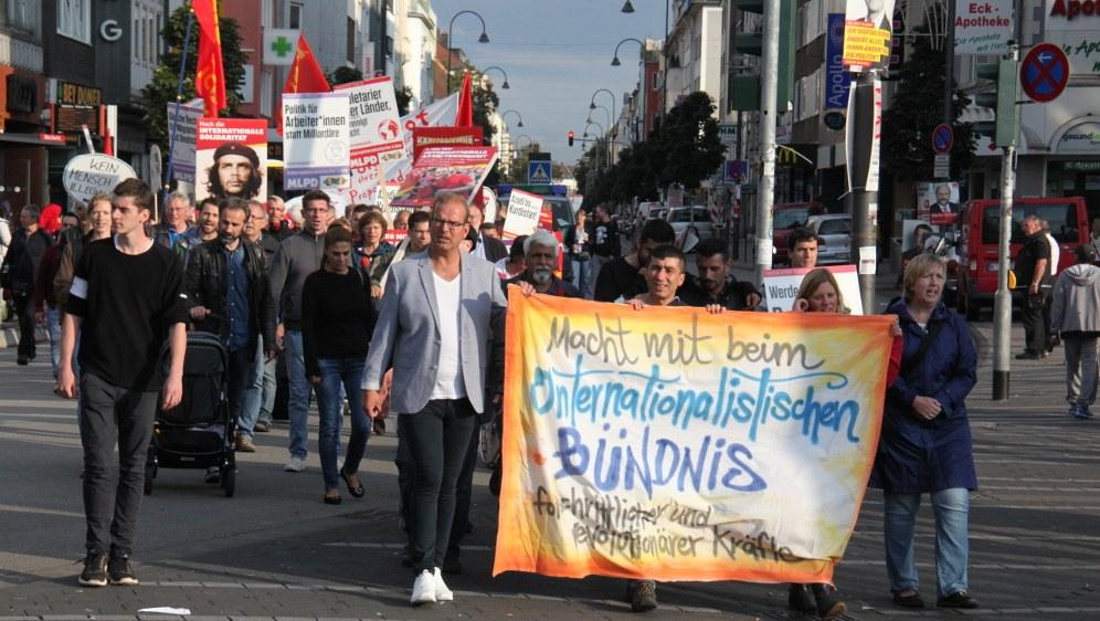 Demonstration durch das Zentrum von Köln-Mülheim (RF-Foto)