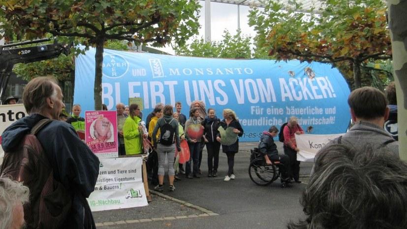 Lautstarker Protest vor der Bayer-Zentrale