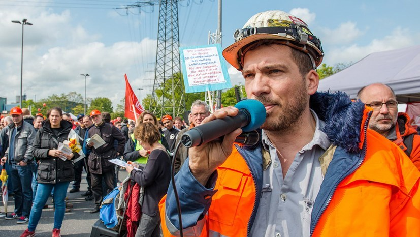 Stahlarbeiter und MLPD-Landesvorsitzender Peter Römmele bei der Kundgebung (RF-Foto)