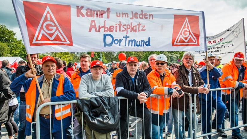 thyssenkrupp-Arbeiter diskutieren richtige Antwort