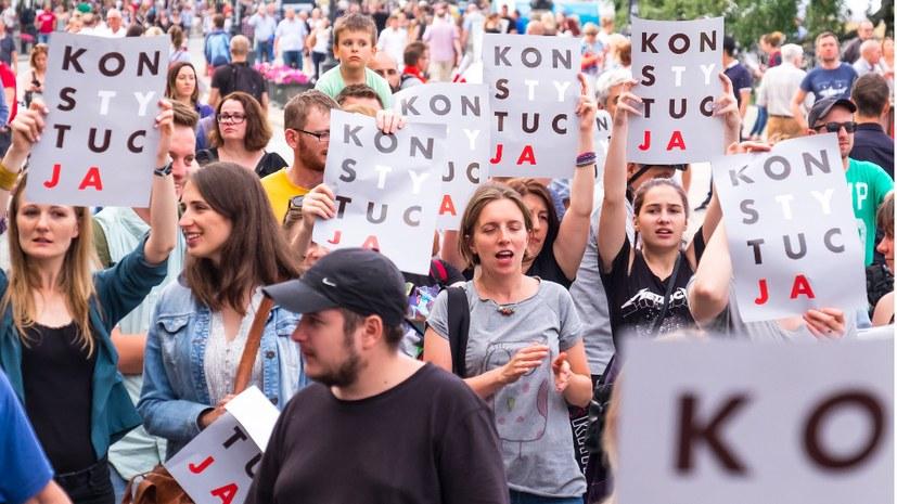 Massenproteste gegen frauenfeindliches Gesetz und mehr