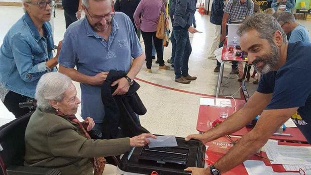 Friedliche abstimmende Katalaninnen und Katalanen am 1. Oktober (rf-foto)