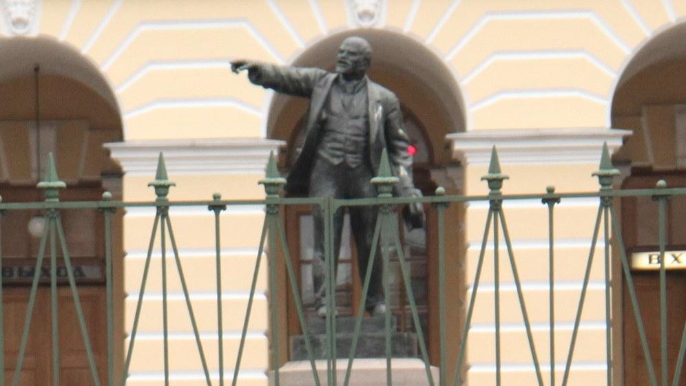 Die Lenin-Statue vor dem Smolny (Foto: RF)