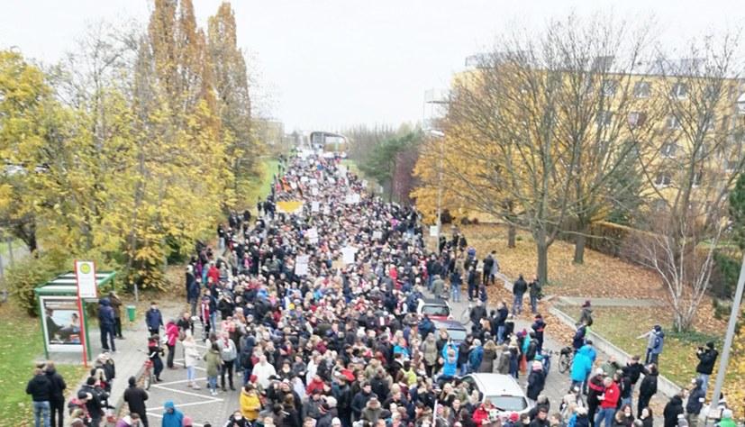 3.000 Bayer-Fans und Giftmüllgegner demonstrieren