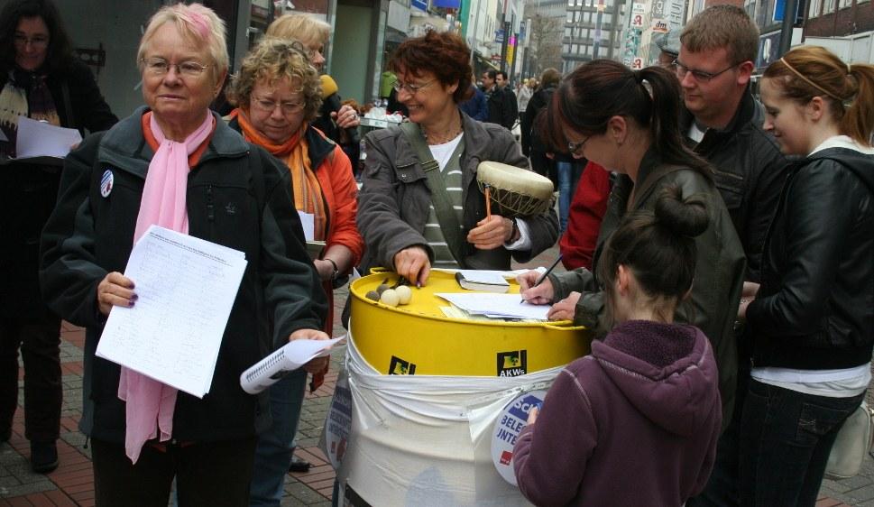 In Gelsenkirchen trommelten Demonstrantinnen und Demonstranten für die Schlecker-Frauen (rf-foto)