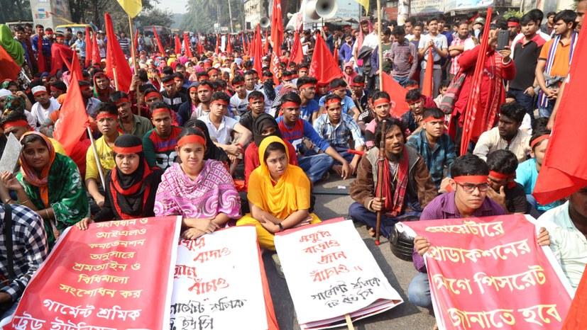 Textilarbeiterinnen und -arbeiter demonstrieren in Bangladesch