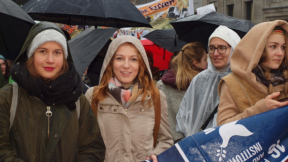 Jugendliche demonstrieren für eine lebenswerte Zukunft - am 11. November 2017 in Bonn (rf-foto)
