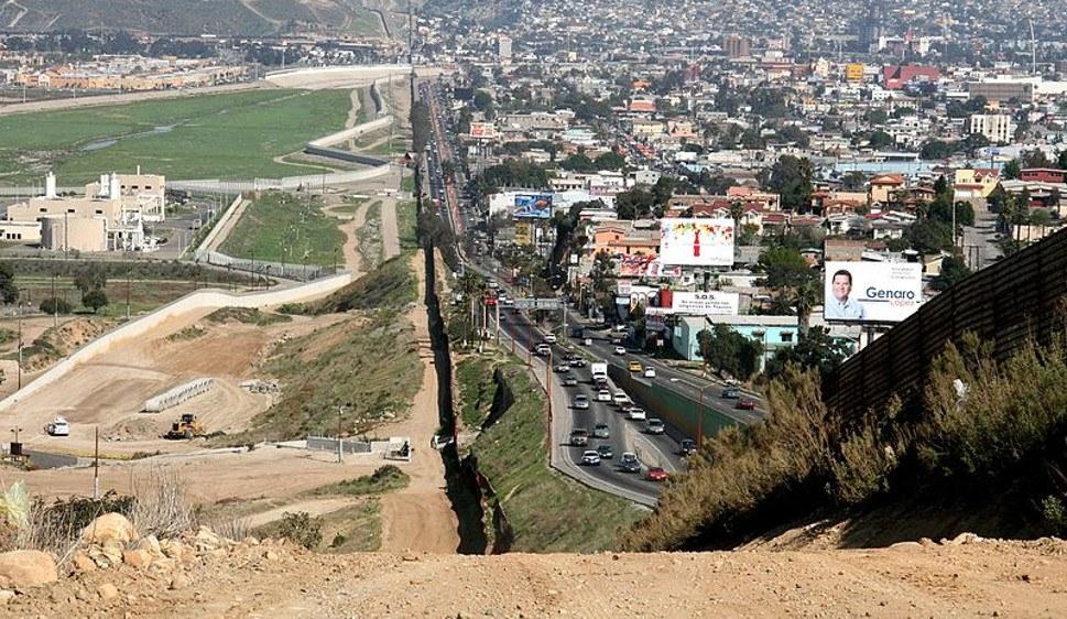 Die scharf überwachte Grenze zu Mexiko - hier bei Tijuana - will Trump durch eine Mauer ersetzen (foto: gemeinfrei)