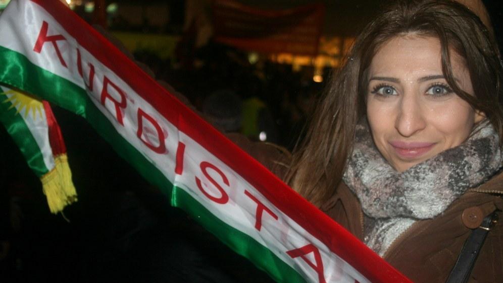 Stolze Teilnehmerin der Solidaritätsdemonstration (Foto: RF)