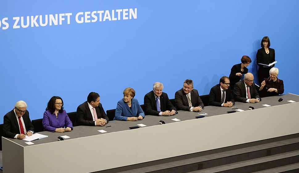 Die letzte GroKo bei der Unterzeichnung des Koalitionsvertrags (Martin Rulsch, Wikimedia Commons, cc-by-sa 4.0)