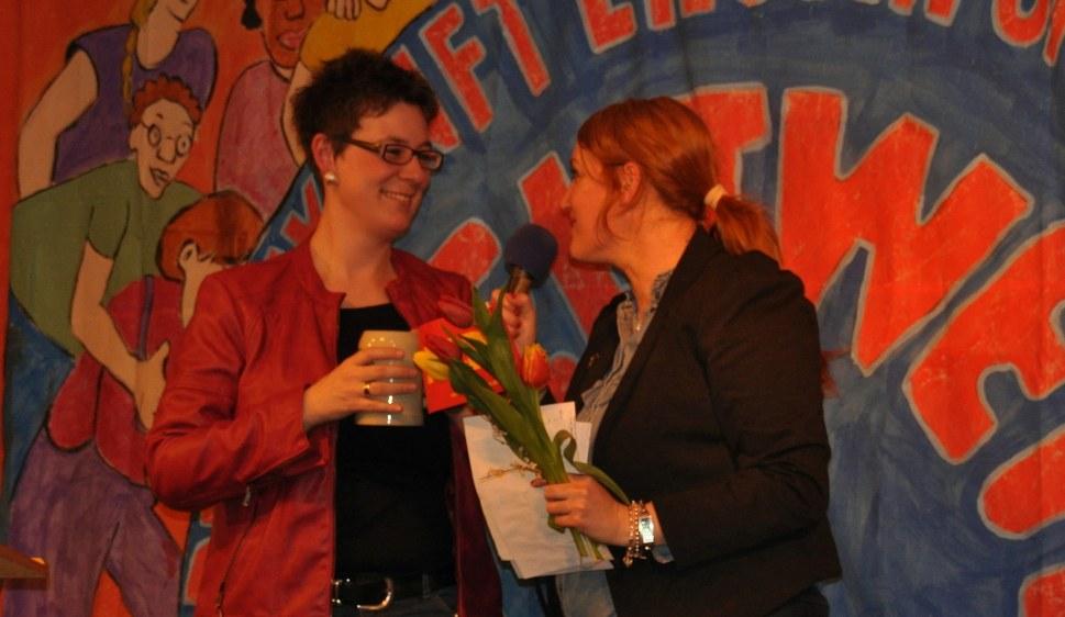 Julia Scheller (links) erhält in Stuttgart herzlichen Dank für ihre Rede (rf-foto)