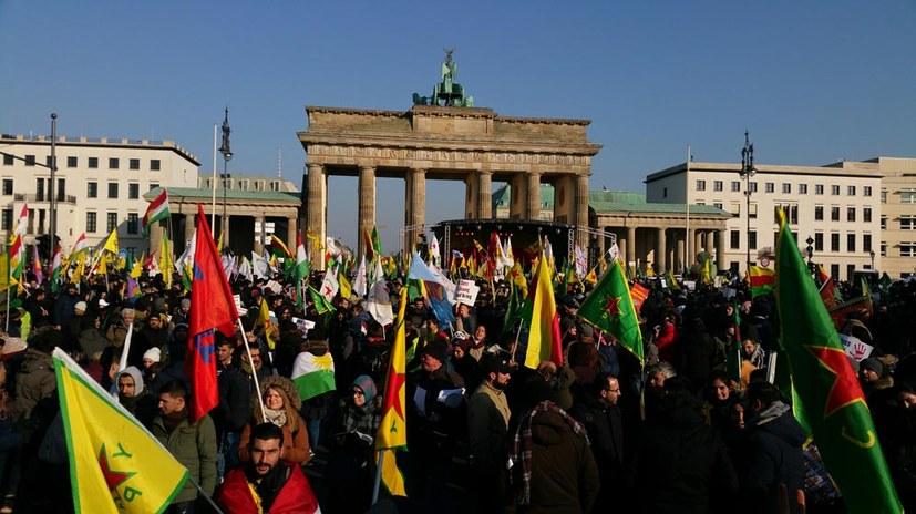 Kämpferische Großdemonstration gegen Erdogans Angriffskrieg auf Efrîn