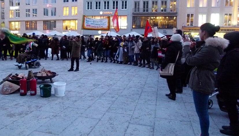 Newroz-Feuer auf dem Marienplatz entfacht