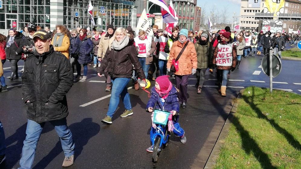 Jung und Alt gemeinsam beim Warnstreikauftakt in Dortmund (Foto: RF)