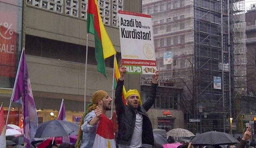Montagsdemo protestiert gegen Diskriminierung der Efrîn-Solidarität