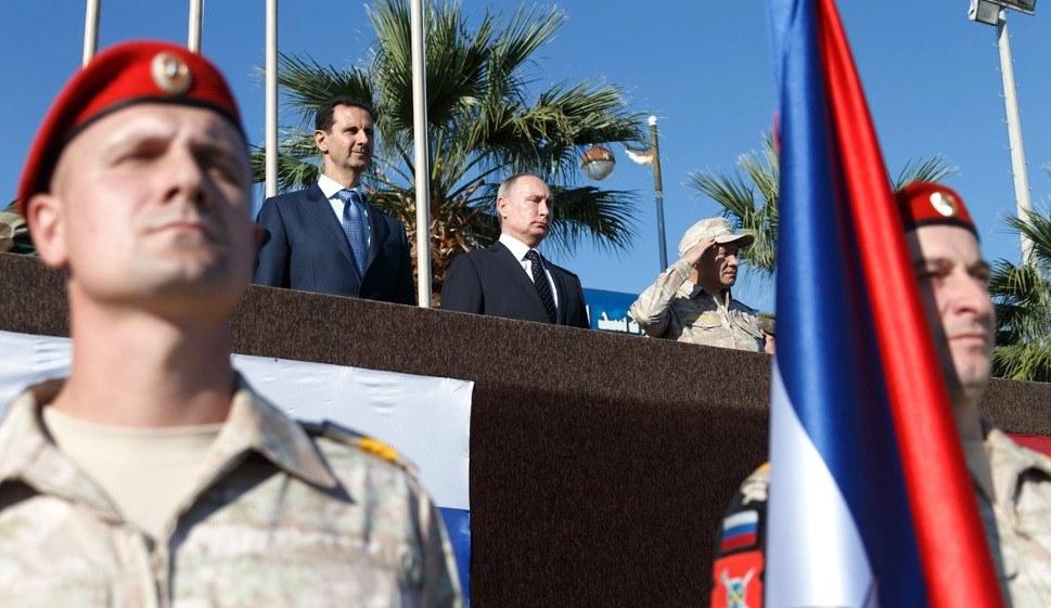 Verbündete auf Truppenbesuch: Russlands Präsident Wladimir Putin und Syriens Präsident Baschar al-Assad bei einer russischen Militärparade auf der Khmeimim Air Base in Syrien (foto: Kremlin.ru (CC-BY 4.0))