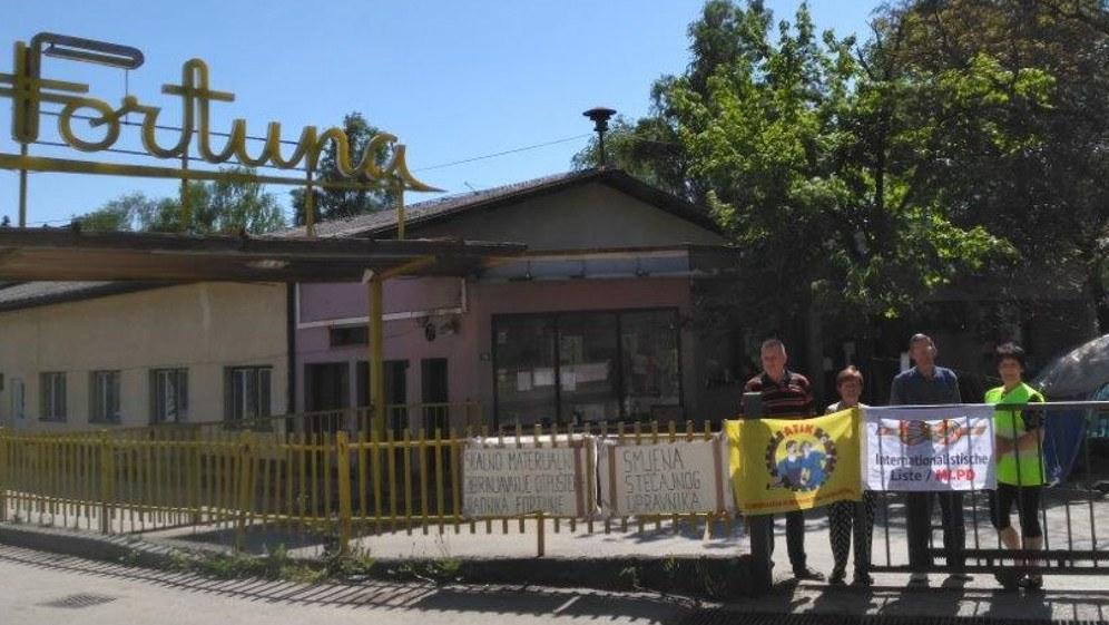 Die Fahne am Tor der Fortuna-Fabrik haben die Frauen aus Bosnien von der Arbeiterkonferenz als Geschenk mitgenommen (Foto: Internationalistisches Bündnis)