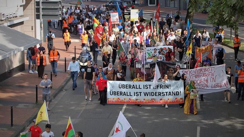 Kämpferische Demonstration gegen türkische Invasion in Efrîn