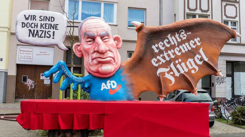 Motivwagen von Jacques Tilly bei diesjährigen Düsseldorfer Rosenmontagszug (Foto: @infozentrale / Flickr)