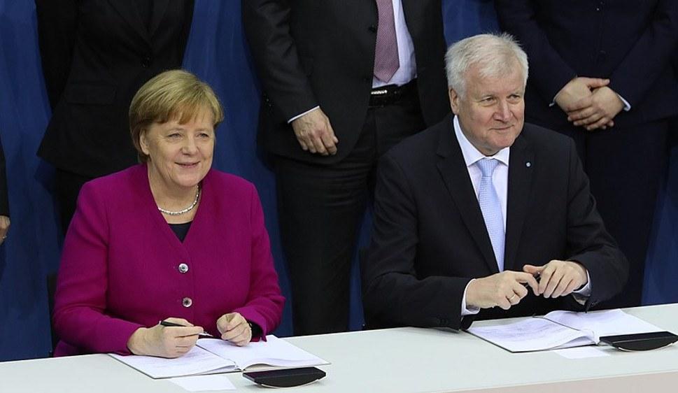 So freundlich vereint wie hier bei der Unterzeichnung des Koalitionsvertrags sieht man sie inzwischen nicht mehr - Angela Merkel und Horst Seehofer (foto:  Sandro Halank, Wikimedia Commons, CC BY-SA 3.0)