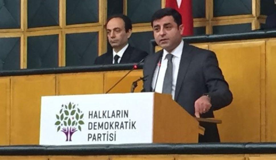 HDP-Kandidat Selahattin Demirtaş bei einer Fraktionssitzung 2016 - das faschistische Regime hat ihn eingekerkert (Foto: gemeinfrei)