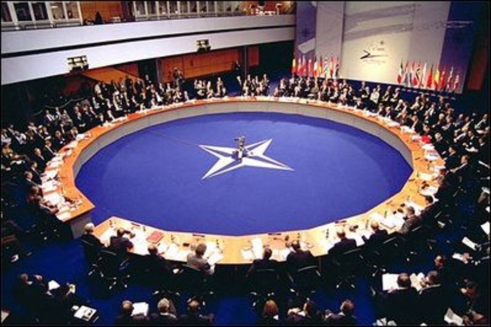 Sieht trotz Militärbündnis friedlich aus, aber am Tisch sitzt genug