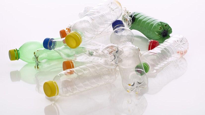 Mineralwässer mit Mikroplastik belastet