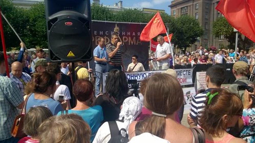 Der Redner der RKRP beim Protest in St. Petersburg (Foto: rotfront.su)