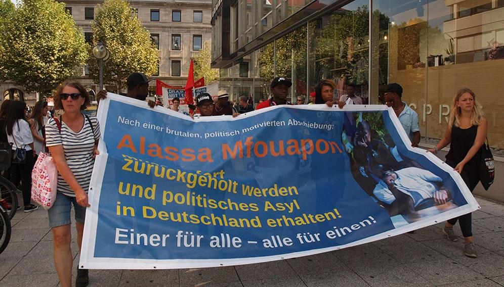"""""""Alassa Mfouapon muss sofort zurückgeholt werden und politisches Asyl in Deutschland erhalten"""""""
