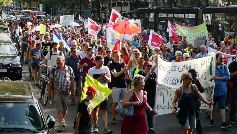 700 Menschen unterstützen Streikende der Unikliniken mit kämpferischer Demonstration
