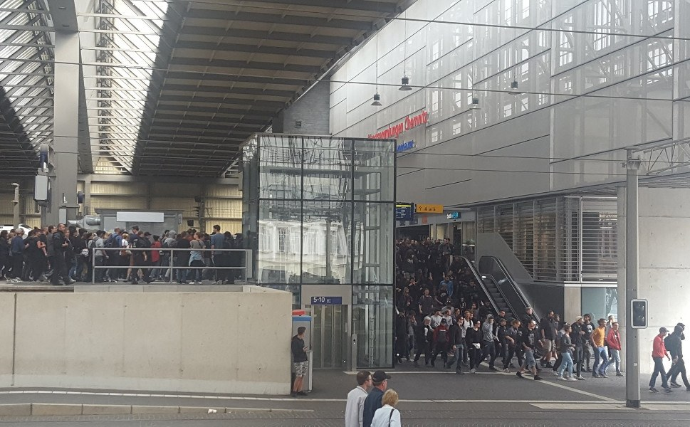 Hundert Antifaschisten aus Leipzig kommen am 27. August am Hauptbahnhof an (foto:twitter)