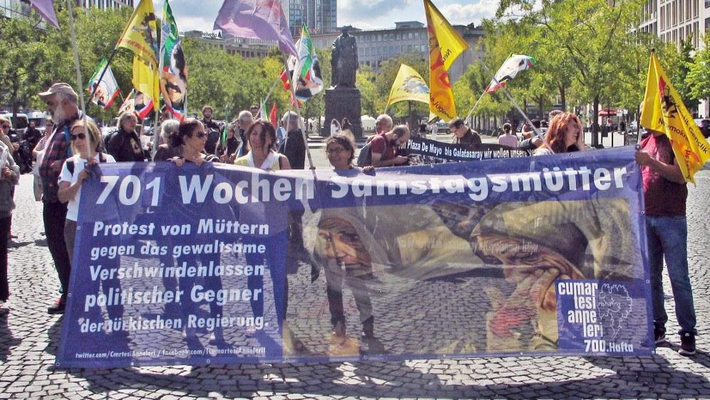 In Frankfurt/Main war auch die Solidarität mit den Samstagmüttern in der Türkei mit dabei (Foto: RF)