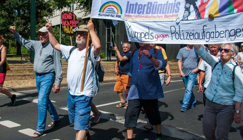 Wie hier auf der Demonstration gegen das Polizeigesetz NRW in Düsseldorf, ist das Internationalistische Bündnis ein treibender und aktiver Teil der breiten Bündnisse (rf-foto)