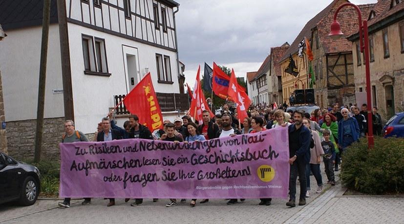 Antifaschistischer Protest regt sich überall, wo Faschisten provozieren - wie hier in Mattstedt in Thüringen gegen ein geplantes Nazi-Konzert (rf-foto)