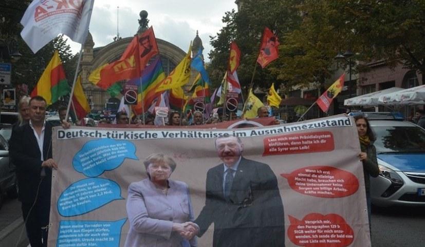 Bereits am Montag lief ein kämpferischer Protestzug gegen den Erdoğan-Besuch durch Frankfurt am Main (rf-foto)