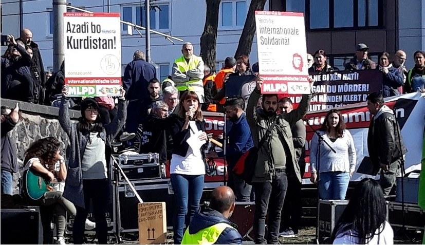 Tausende zeigen Flagge gegen Erdoğan und Rechtsentwicklung