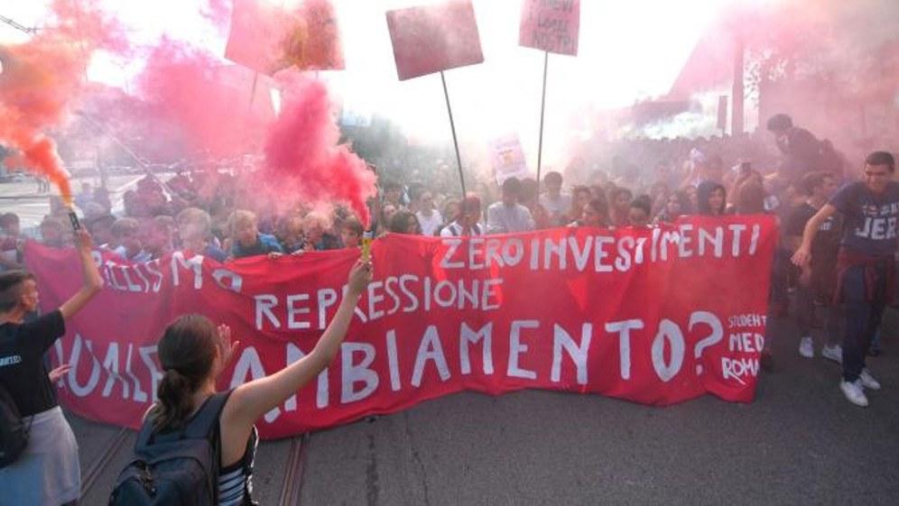 Massenproteste von rund 70.000 Schüler und Studenten gegen die Regierungspolitik gab es am 12. Oktober in rund 50 Städten Italiens