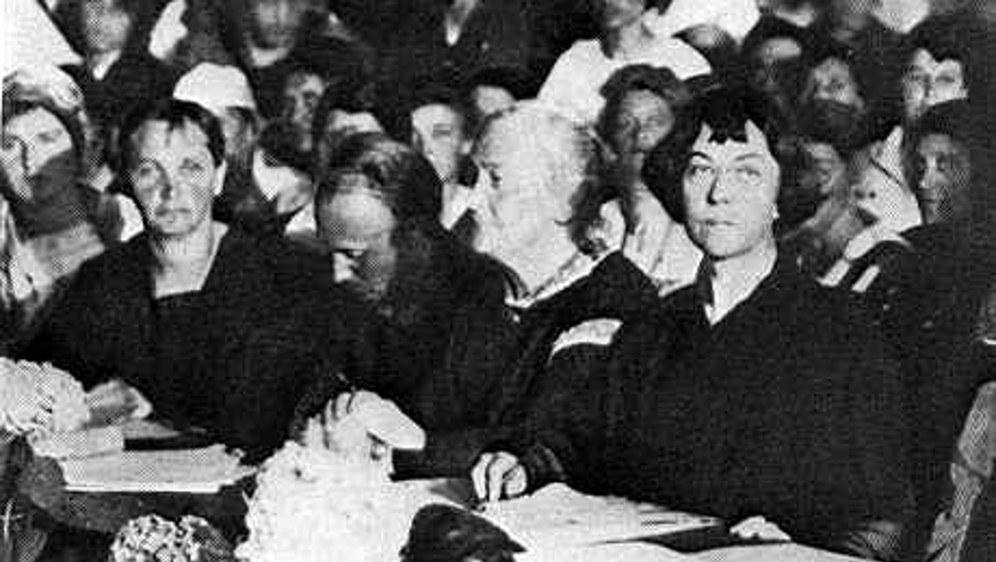 Clara Zetkin  (vierte von links) 1921 als KPD-Delegierte beim III. Weltkongress der Kommunistischen Internationale (foto: gemeinfrei)