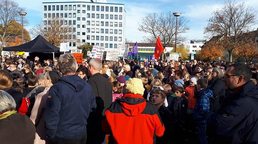 """Begeisternde Schülerdemo zum 9. November: """"Wir sind mehr!"""""""