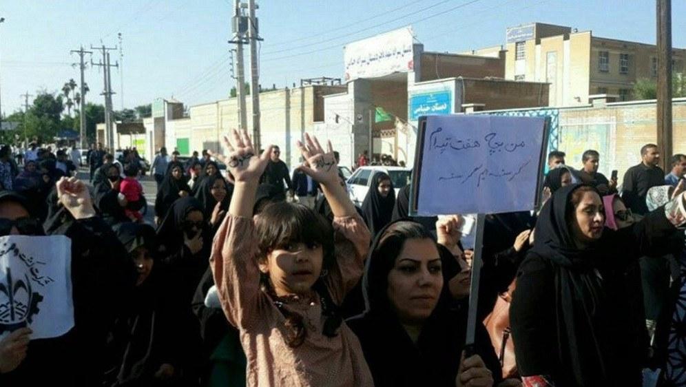 Arbeiterinnen und Arbeiter einer Zuckerfabrik protestieren für die Auszahlung ihrer Löhne