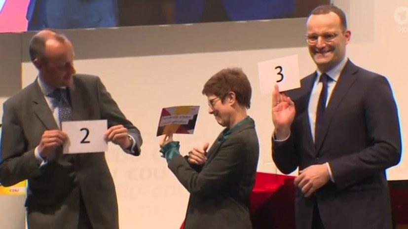 Die ausgeloste Reihenfolge, in der sie auf der Regionalkonferenz in Lübeck sprachen (v.l.): Friedrich Merz, Annegret Kramp-Karrenbauer, Jens Spahn (screenshot)
